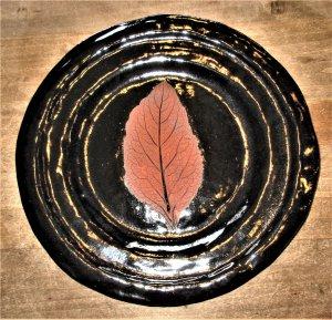 Scharzer Teller mit Blattabdruck