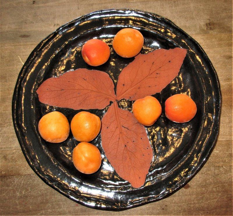 Großer Teller mit Abdruck von 3 Blättern